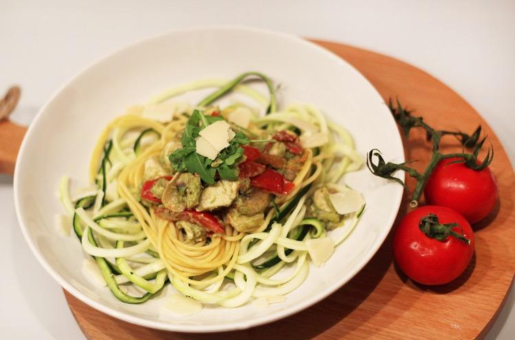 spagh-courgetti-met-avocado-pesto-saus
